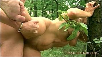 Partida de sex in cuplu cu doi indragostiti care au venit la un picnic