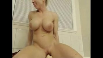 Tanara cu sanii foarte mari care sta dezbracata in fata webcamului