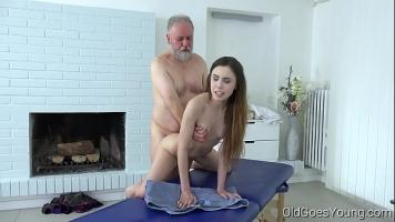 O partida de masaj de relaxare se transforma intr-o partida de sex oral