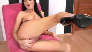 Tarfa bruneta cu chef de atingere intre picioare ce isi doreste orgasm