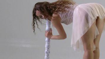 Dansatoare la bara care doreste sa isi expuna pasarica pentru bani