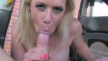 Femeie matura blonda care se pune sa iti suga pula intr-o parcare