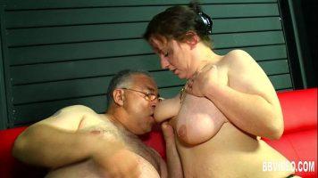 Femeie grasa care suge pula unui barbat matur care se uita la televizor