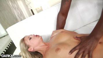 Tarfa blonda care face sex foarte dur cu un barbat de culoare