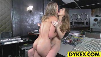 Doua fete frumoase lesbience foarte tinere ce se ling una pe alta