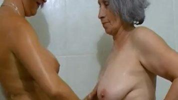 Femeie grasa matura care se spala si este atinsa de alta tot
