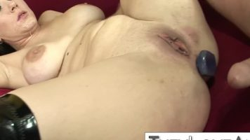 Femeie matura bruneta care isi baga in cur un dildo si este fututa normal in acelas timp
