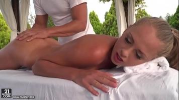 Sex cu o femeie blonda care ii place sa ii bagi degetelul in fund