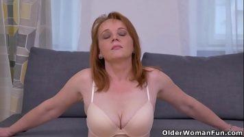 Mama blonda cu sanii putin lasati care se atinge foarte incet pe zonele intime si zonele