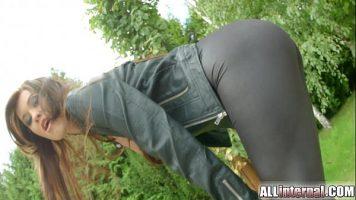 Pizda imbracata in colanti fara sutien ce accepta sa faca sex anal