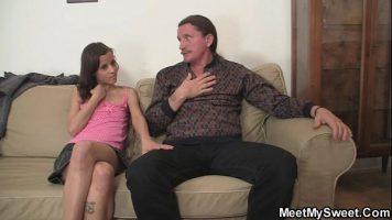 Tanara domnisoara foarte slaba care face sex cu un tip impreuna cu prietena lui