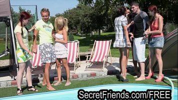 Sex la piscina cu fete frumusele foarte tinere care le place pula de la barbati