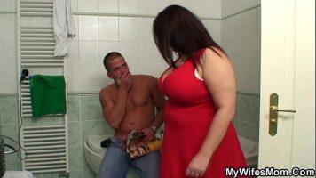 Femeie foarte grasa care isi prinde un prieten ca isi face laba in baie