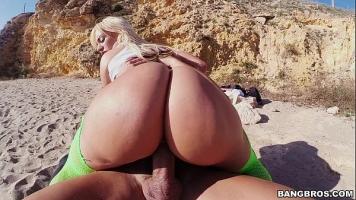 Buci grase futute pe plaja de un barbat cu potential foarte mare