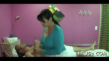 Grasuta bruneta care face masaj de relaxare barbatilor dupa care se dezbraca complet si