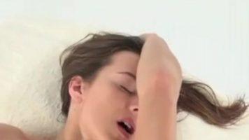 Sta cracanata pe o masa de relaxare si masaj ce implica atingeri