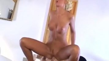 Blonda cu pasarica fierbinte inalta ce se aseaza dezbracata