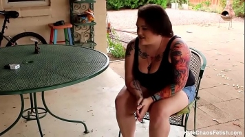 Grasa cu sanii tatuati care suge pula unui barbat ce o trage
