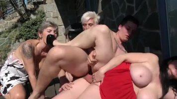 Orgie sexuala cu femei mature care au pe mana un tinerel excitat