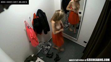 Filmata cu o camera ascunsa intr-o cabina de proba unde se dezbraca