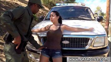 Perchezitionata langa o masina de politie o bruneta