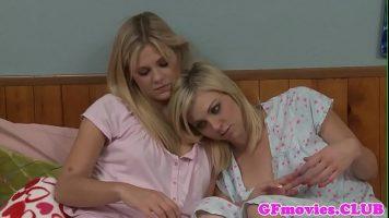Trei tarfe lesbience care isi dau jos hainele de pe ele inainte de culcare pentru