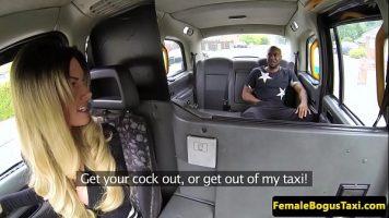 In timp ce ea conduce taxiul barbatul isi da jos pantalonii