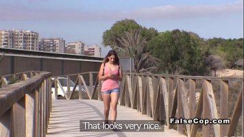 Agata o tanara care se plimba singura printr-un parc national si ii propune