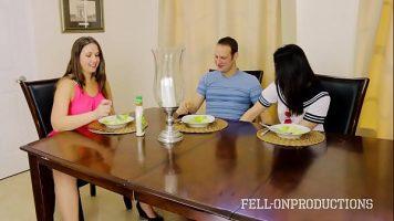 Serveste cina cu doua femei pregatite sa ii suga pula si sa faca sex nebun cu el