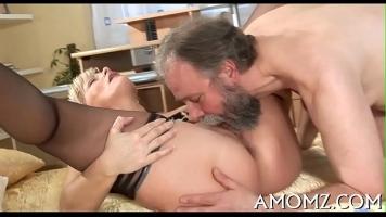 In speranta ca o sa fie fututa foarte bine ea ii face sex oral unui barbat