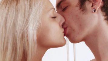 Un barbat si o fata timida se saruta senzual inainte de a se fute