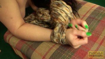 Rusoaica bruneta se pune in genunchi si suge pula puternic