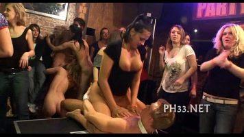 Orgie sexuala cu fete si baieti tinerei ce doresc sa intretina