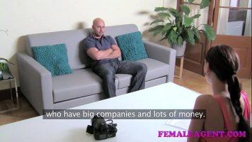 Femeie matura care ii face sex oral unui barbat care a venit sa deie interviu de angajare
