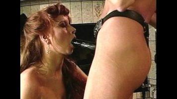 Doua femei mature satule de barbati porcosi care ejaculeaza pe fata lor