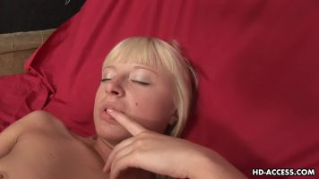 Aseza pe o parte pe prietena ei blonda si slabuta pe o canapea din piele