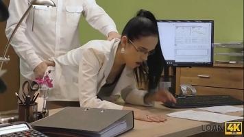 Un agent imobiliar pacaleste clientele ca le ofera multi bani cand ajung la biroul lui