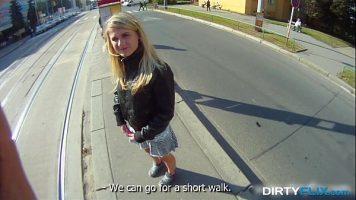 Blonda cu tatele mici care este scoasa la plimbare de prietenul ei pana intr-un loc