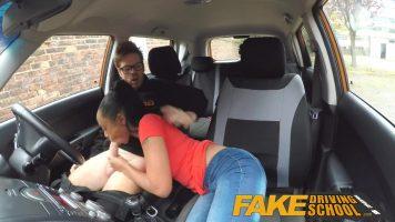 Femeie de culoare care in loc sa primeasca lectii la orele de condus aceasta doreste sa
