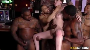 Barbatilor de culoare le place cand prinde cate o tarfa sa o penetreze in grup