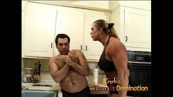 Femeie care il domina pe prietenul ei iar acestuia ii este putin frica de ea ca daca