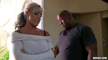Bunaciune matura cu saii imensi ce a fost contactata de un barbat de culoare pentru