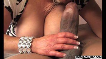 Carnatul dintre picioarele acestei femei blonde este foarte mare si trebuie satisfacut