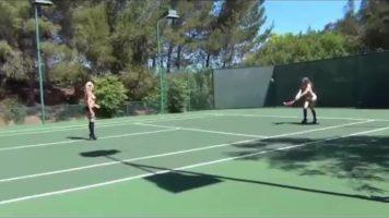 Amandoua stiu sa joace tenis dar le place sa o faca cand sunt dezbracate complet dupa care
