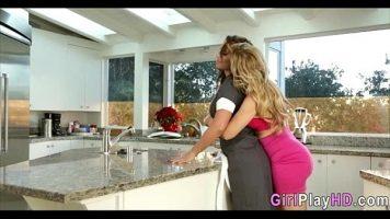 Servitoarea casei doreste sa ii faca pe plac sefei ei astfel incat se dezbraca si o lasa