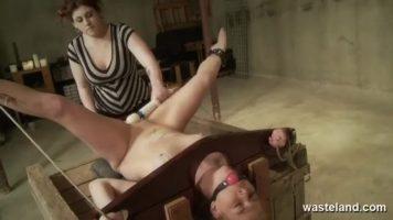 Este experta in a face femeile sa tremure de placere mai ales cand stau cracanate si se
