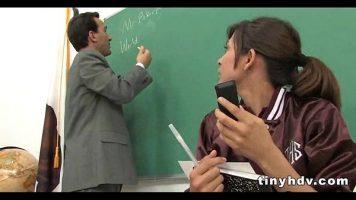 Este prinsa cu telefonul in mana la orele de la facultate iar profesorul doreste sa ii