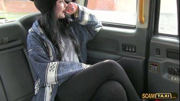 Nu ii vine sa creada ca i se propune sa faca sex cu soferul de taxi
