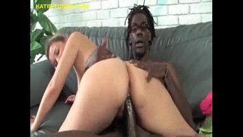 Un barbat de culoare este foarte concentrat sa o futa pe aceasta femeie