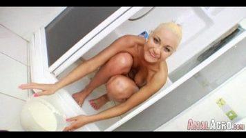 Umbla cu pula sculata la gurita acestei blonde frumoase care are curul perfect pentru